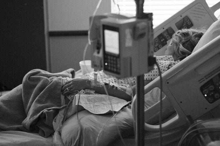 Вірус вразив 90% легенів: лікарі борються за життя вагітної дружини викладача УКУ