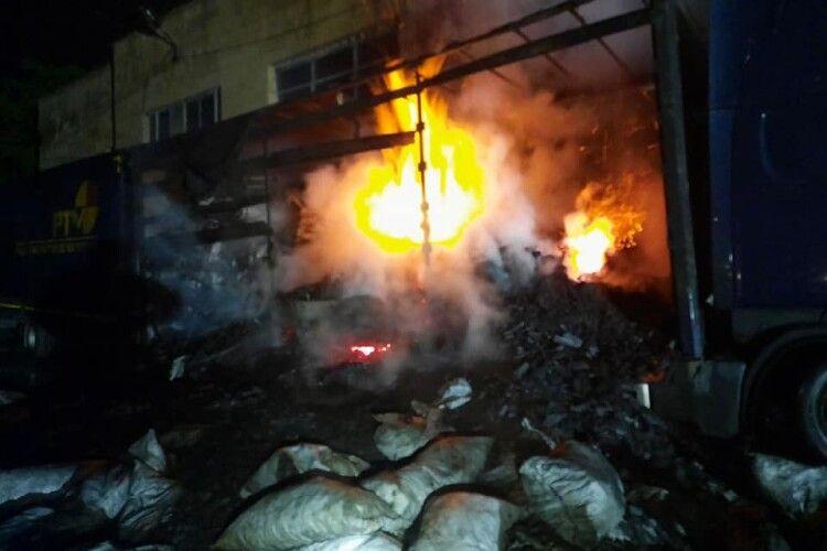 У Рівному згоріла вантажівка та 20 тонн деревного вугілля