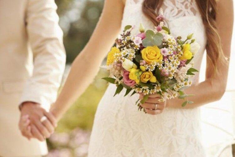 Жінка на весіллі сина впізнала в нареченій рідну доньку (Фото)