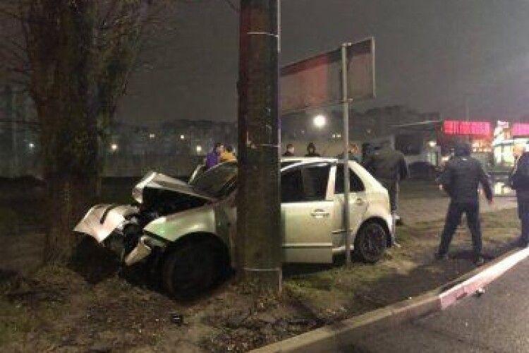 У Луцьку автомобіль в'їхав в дерево: є постраждалі