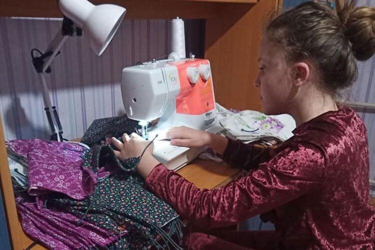 11–річна школярка пошила іроздала 2000масок
