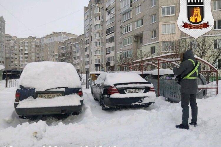 У Луцьку оштрафували водіїв Mercedes та Opel, які лишили свої авто біля «смітників» (Фото)