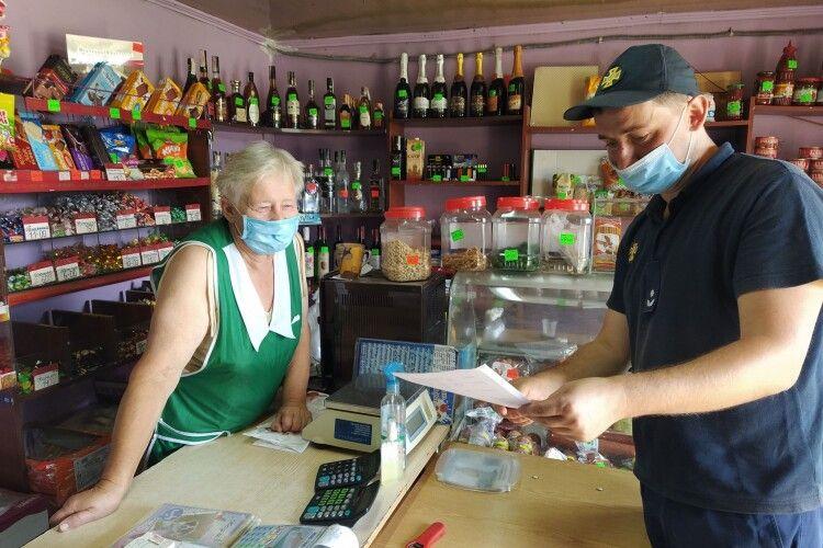 На Рівненщині бійці ДСНС вчили продавчиню сільмагу давати копняка червоному півню