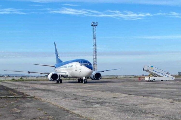 Міжнародний аеропорт «Рівне» вперше за понад 20 років прийняв літак Boeing 737-500