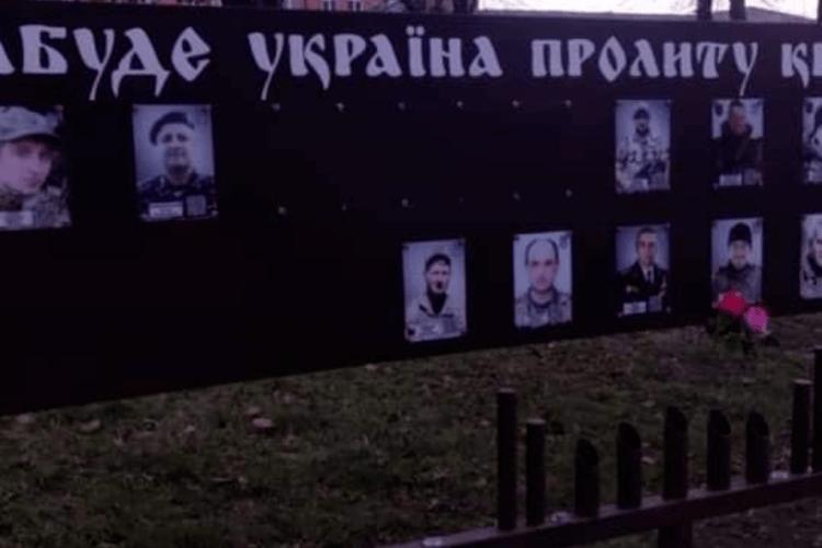 В «Європейській Солідарності» закликали правоохоронців притягнути до відповідальності вандалів, які спаплюжили меморіал героям АТО (Фото)
