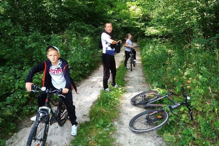 Відпочивальники крутили педалі та їздили «Пішкарусом» Цуманською пущею (фото)
