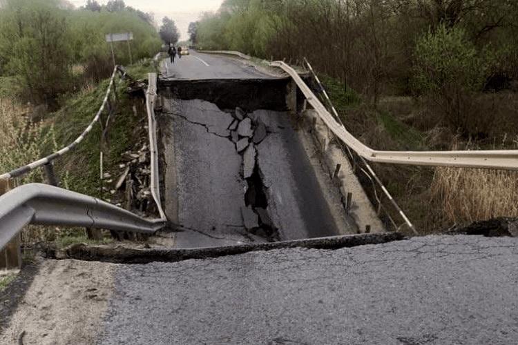 «Владо, ти чекаєш на катастрофу?»: обвал мосту на трасі Львів—Луцьк передрікали місцеві жителі