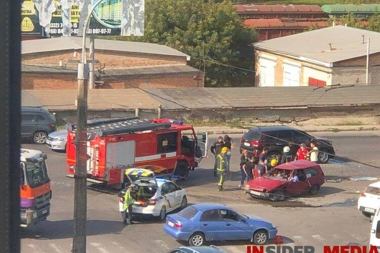 У Луцьку сталася страшна ДТП: людей з понівеченого авто дістають рятувальники (Фото, відео)