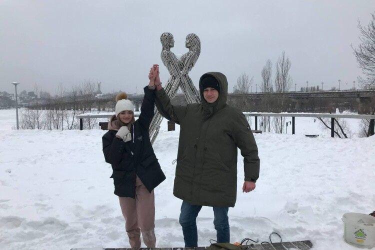 У Києві закохана параприкувала одне одного ланцюгом, з яким спробує прожити три місяці (Фото)
