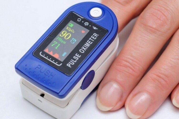 Як користуватися пульсоксиметром і за яких показників треба йти в лікарню