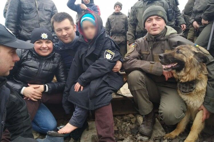 Гвардійці розповіли, як їхній пес винюхав зниклого хлопчика в болоті на Горохівщині (Фото)