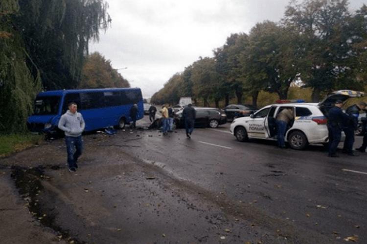 У Рівному зіткнулася маршрутка з легковиком (Фото)