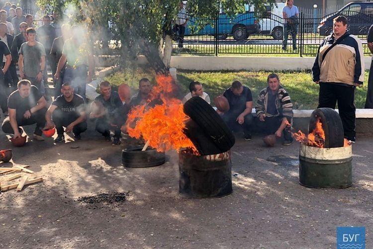 Нововолинські гірники вже запалили шини