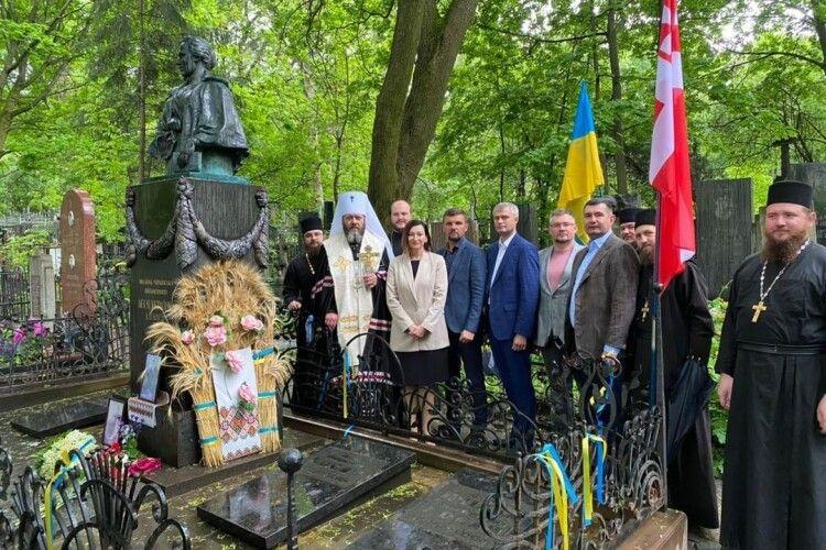 Голова облради з волинськими нардепами побували біля могили Лесі Українки