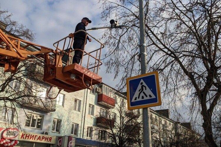 Встановлюють освітлення пішохідних переходів у Володимирі
