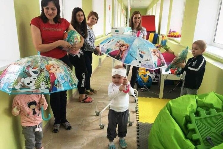 Маленьким пацієнтам обласної лікарні привезли пасхальні подарунки (Фото)