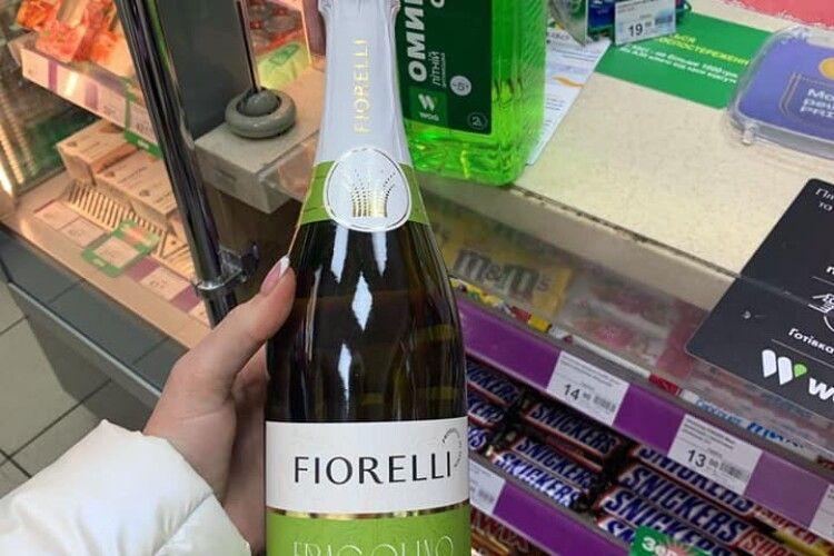У Луцьку на автозаправці в заборонений час продали шампанське (Фото)