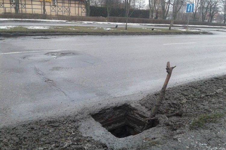 На Карпенка-Карого в Луцьку на водіїв чатує ямище міжнародного масштабу (фото)