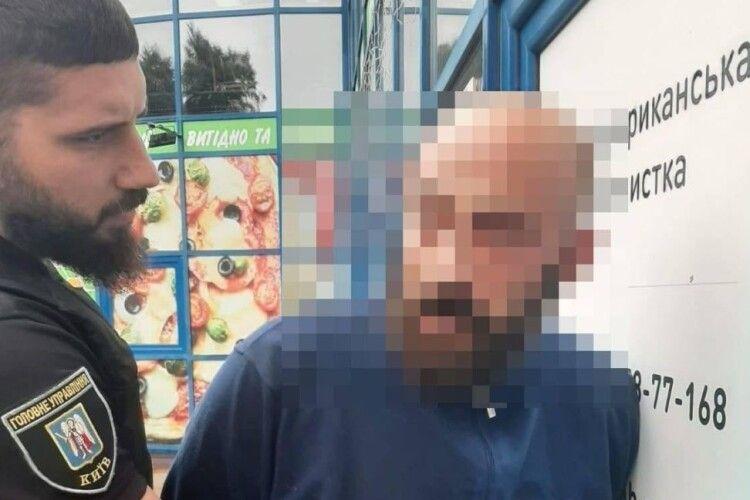 Приходив зі зброєю та кинув димову шашку в салон краси: чоловік погрожував вбивством колишній коханій