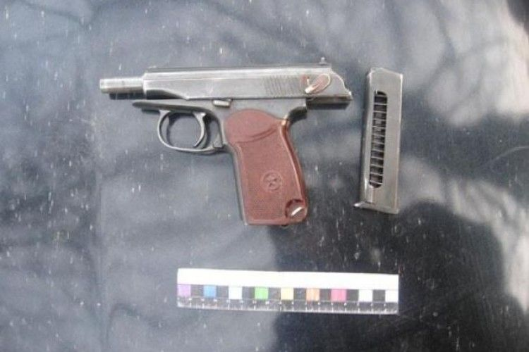 Рівненські поліцейські затримали озброєного хмельничанина