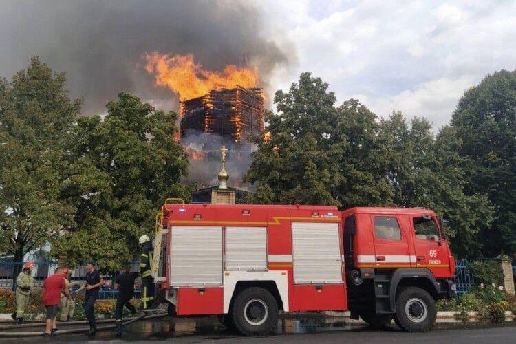 Червоний півень атакував дерев'яну церкву Петра та Павла (Фото)