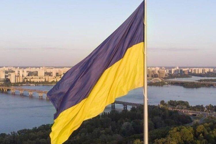У Києві сьогодні приспустили головний прапор України