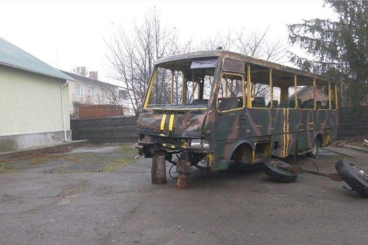 У Ківерцівському музеї невідомі розмалювали автобус, на якому волиняни брали участь у бойових діях (Відео)