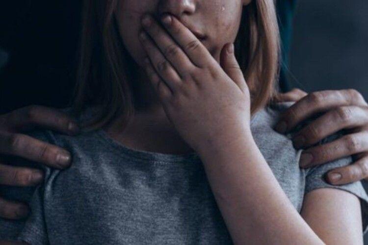 У Рівному 19-річний хлопець розбещував малолітню сестру