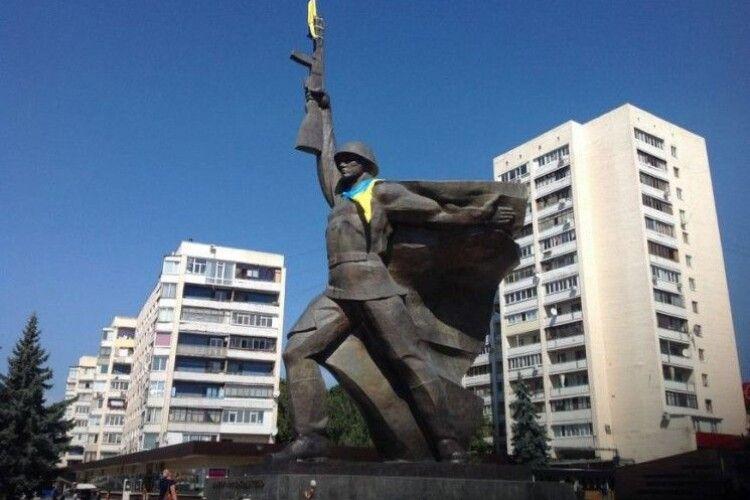 Із пам'ятника воїну-визволителю зняли прапор України