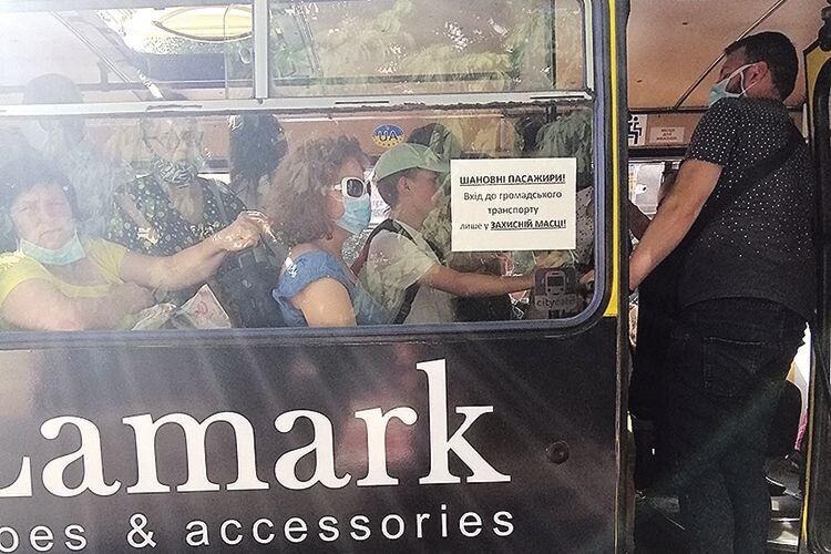 «У тролейбусі мушу їздити в масці,  бо ж там кричать»