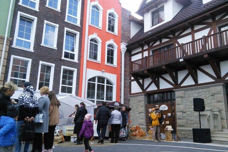 У Рівному відкрили нову туристичну локацію – європейський дворик (Фото)
