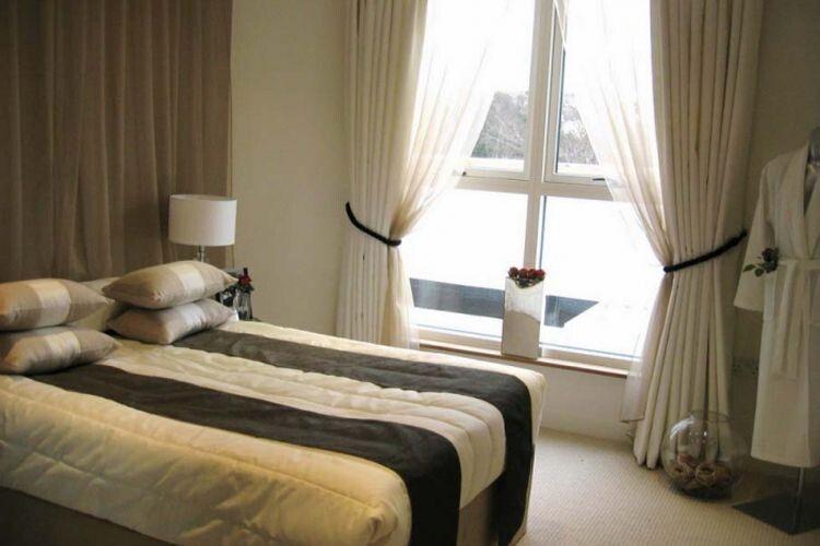 Маленька спальня буде комфортною ізатишною
