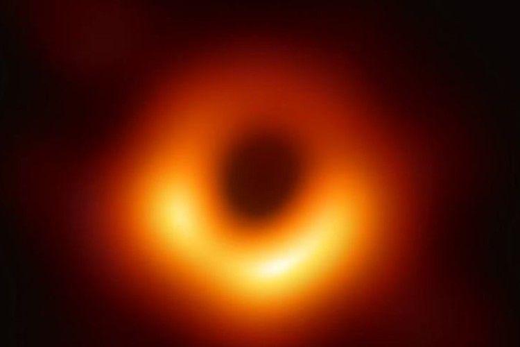 Історичне фото: вчені оприлюднили перше зображення чорної діри