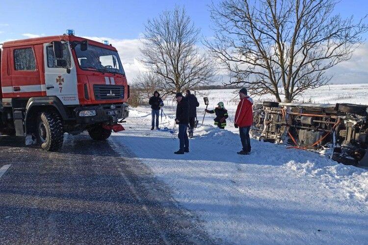 На Волині рятувальники витягли автомобіль, що перевернувся (Фото, Відео)