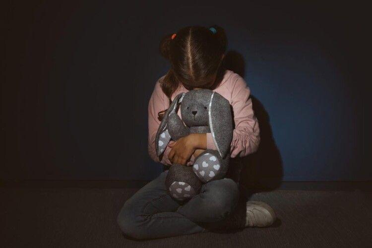 Поховали вбиту вітчимом 10-річну дівчинку