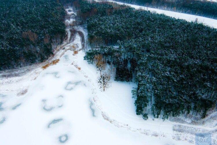 Із висоти показали замерзле волинське озеро огорнуте шлейфом лісів (Фото)