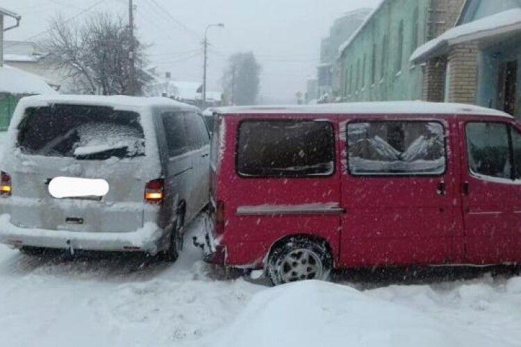 Виїжджав заднім ходом: у Рівному зіткнулись два мікроавтобуси