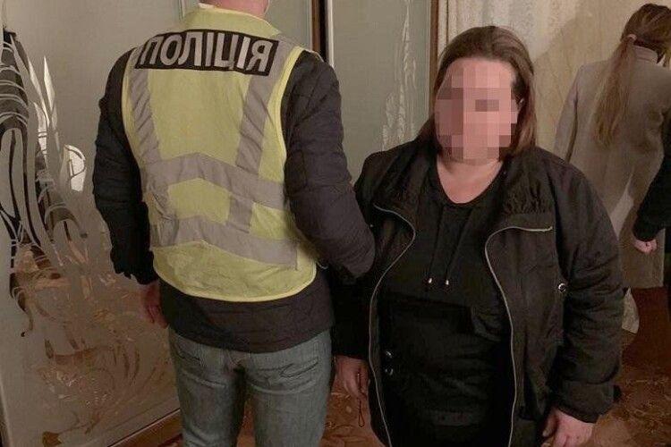 Продавала дівчат по 1000 доларів іноземцям: затримали жінку, яка змушувала українок надавати інтимні послуги (Відео)