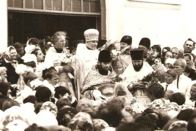 Хрестовоздвиженський храм волинського села Ощів відзначає сьогодні 30-річчя свого освячення (Фото)