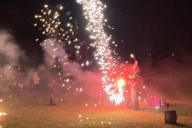Фаєр-шоу, стрільби з лука, спортивні бої, куліш, пісні і молитва: у селі під Луцьком організували величезне святкування (Фото)