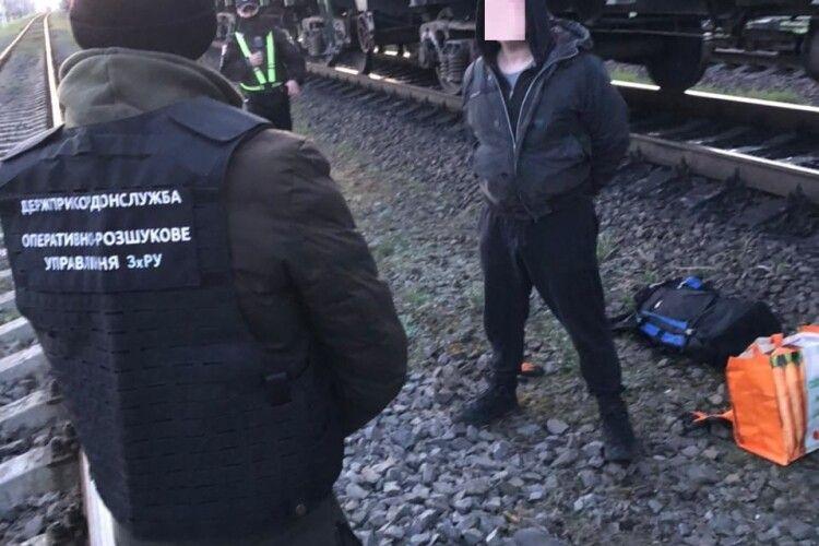 Якраз вантажив у потяг: у Турійську прикордонники спіймали контрабандиста на гарячому