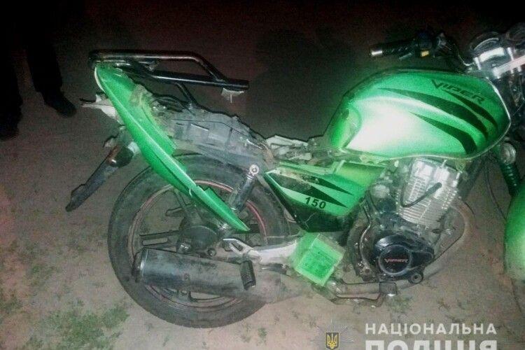 Уночі на Рівненщині 17-річний юнак напідпитку катав на мотоциклі 18-річну юнку: дівчина в реанімації із забоєм головного мозку