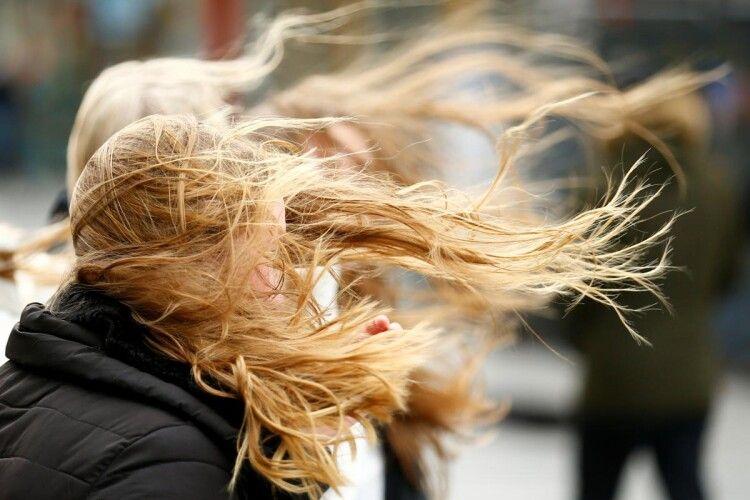 В Україні через потужний вітер оголосили штормове попередження