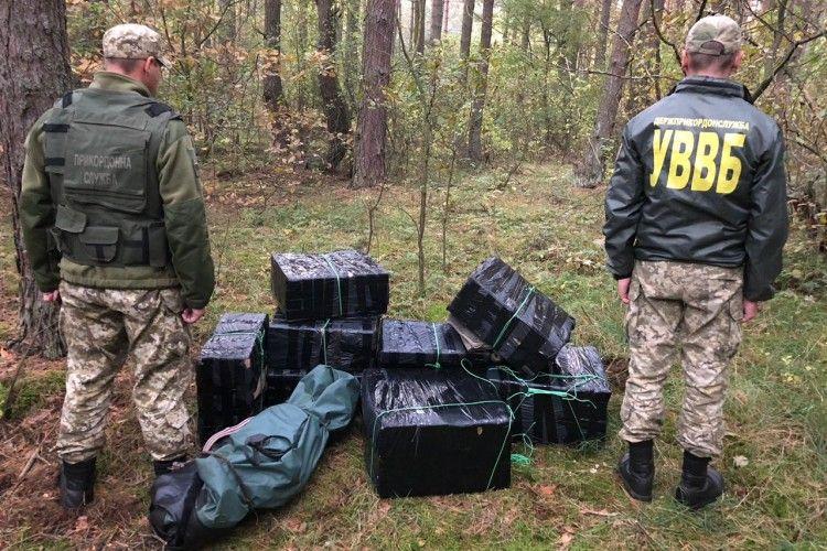 Майже 40 ящиків контрабандного курива намагались незаконно переправити через кордон (Відео)