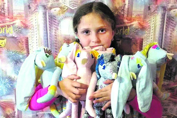 10-річна Аліса шиє іграшки задля спасіння онкохворого підлітка
