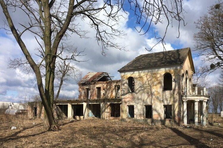 На Волині королівський палац-пам'ятку перетворили на сміттєзвалище (Фотофакт)