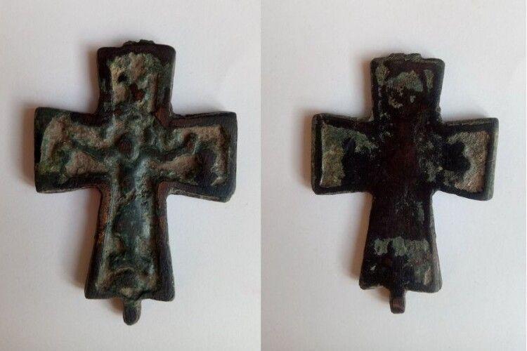 Музею волинської ікони подарували хрест-псевдоенколпіон