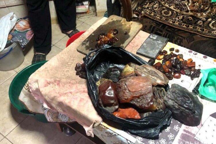 На Рівненщині поліцейські вилучили 15 кілограмів бурштину вартістю у майже шість тисяч доларів(Фото. Відео)