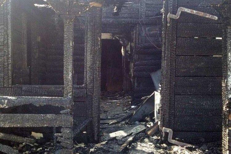 Дітей рятували через вікна: на Рівненщині у багатодітного «кіборга» згорів будинок