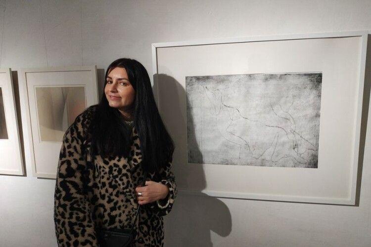 Наталя Грабовецька біля своєї картини.
